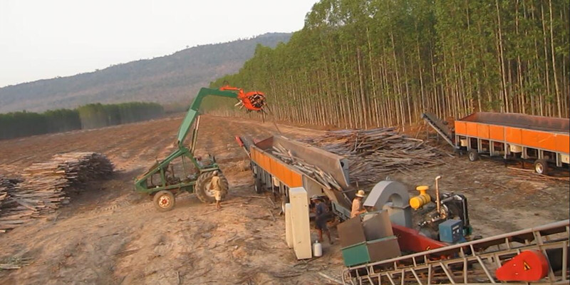 Mobile debarker and disc wood chipper inThailand